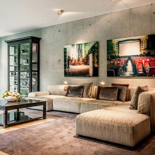 Mittelgroßes Modernes Wohnzimmer mit grauer Wandfarbe, braunem Holzboden und braunem Boden in München
