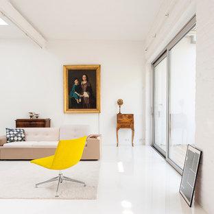 Großes Modernes Wohnzimmer mit weißer Wandfarbe und weißem Boden in München