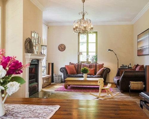 Mittelgroßes, Abgetrenntes, Fernseherloses Landhausstil Musikzimmer Mit  Beiger Wandfarbe, Braunem Holzboden Und Kamin In