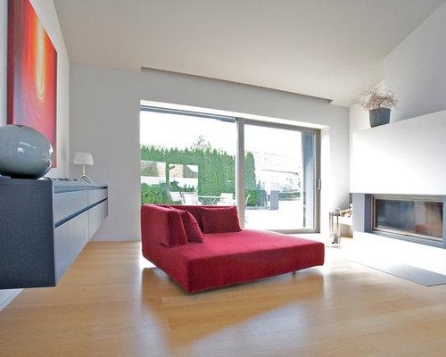 Großes, Fernseherloses, Abgetrenntes Modernes Wohnzimmer Mit Grauer  Wandfarbe, Hellem Holzboden, Gaskamin Und