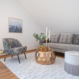 Modernes Wohnzimmer mit weißer Wandfarbe, braunem Holzboden, braunem Boden und gewölbter Decke in Frankfurt am Main