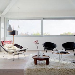 Mittelgroßes, Fernseherloses Modernes Wohnzimmer im Loft-Stil, ohne Kamin mit weißer Wandfarbe, hellem Holzboden und beigem Boden in Leipzig