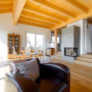 Offenes, Großes, Repräsentatives Asiatisches Wohnzimmer mit weißer Wandfarbe, hellem Holzboden, Kaminofen, verputztem Kaminsims und braunem Boden in Sonstige