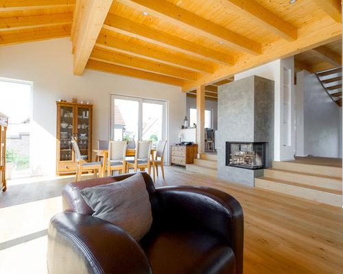 offenes groes reprsentatives landhaus wohnzimmer mit weier wandfarbe hellem holzboden kaminofen - Landhausstil Wohnzimmer