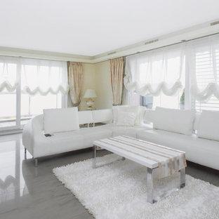 Abgetrennter Moderner Hobbyraum mit beiger Wandfarbe und grauem Boden in Sonstige