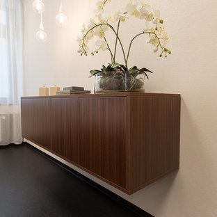 Mittelgroßes, Repräsentatives, Fernseherloses, Abgetrenntes Klassisches Wohnzimmer ohne Kamin mit beiger Wandfarbe, Linoleum und schwarzem Boden in München