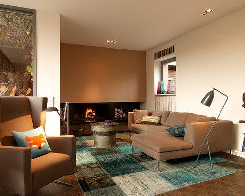 Offenes, Mittelgroßes Modernes Wohnzimmer Mit Brauner Wandfarbe, Dunklem  Holzboden, Verputztem Kaminsims Und Gaskamin