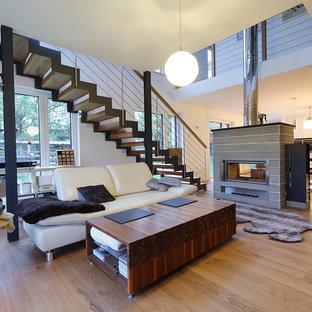Großes, Offenes Modernes Wohnzimmer Mit Grauer Wandfarbe, Hellem Holzboden,  Kaminsims Aus Stein Und