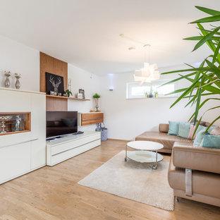 Kleines, Repräsentatives, Abgetrenntes Modernes Wohnzimmer ohne Kamin mit weißer Wandfarbe, hellem Holzboden, freistehendem TV und beigem Boden in Sonstige