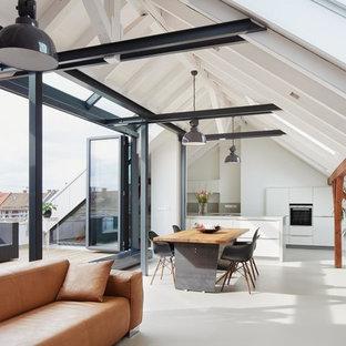 Ejemplo de salón abierto, actual, de tamaño medio, con paredes blancas, suelo de linóleo y televisor retractable