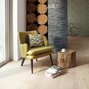 Kleines, Fernseherloses, Abgetrenntes Mid-Century Wohnzimmer ohne Kamin mit bunten Wänden, hellem Holzboden und braunem Boden in Essen