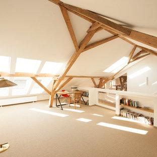 Geräumige, Fernseherlose, Abgetrennte Skandinavische Bibliothek ohne Kamin mit weißer Wandfarbe und Teppichboden in München