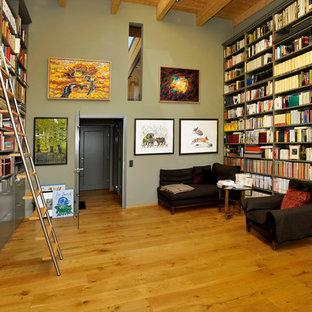 Esempio di un ampio soggiorno country con libreria, pareti verdi, pavimento in legno massello medio, nessun camino e nessuna TV