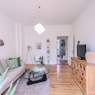 Mittelgroßes, Abgetrenntes Modernes Wohnzimmer Ohne Kamin Mit Weißer  Wandfarbe, Braunem Holzboden, Freistehendem TV