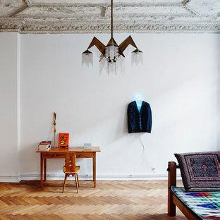 Mittelgroßes Stilmix Wohnzimmer mit weißer Wandfarbe und braunem Holzboden in Berlin