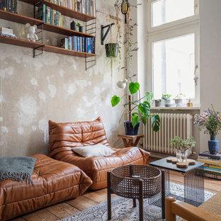 Mittelgroßes, Fernseherloses, Abgetrenntes Stilmix Wohnzimmer mit beiger Wandfarbe, braunem Holzboden und braunem Boden in Berlin