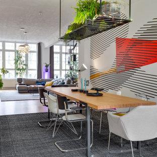 Eklektisches Wohnzimmer mit bunten Wänden, braunem Holzboden, braunem Boden und Tapetenwänden in Frankfurt am Main