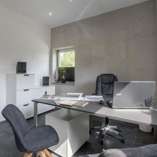 Immagine di un piccolo soggiorno moderno aperto con pareti grigie, pavimento in ardesia e pavimento nero