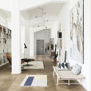 Fernseherloses, Offenes Nordisches Wohnzimmer ohne Kamin mit weißer Wandfarbe und gebeiztem Holzboden in Nürnberg