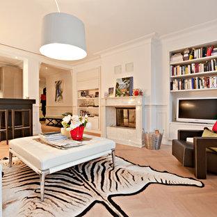 Esempio di un grande soggiorno tropicale aperto con pareti bianche, parquet chiaro, camino classico e TV autoportante