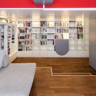 Offene Moderne Bibliothek mit weißer Wandfarbe, braunem Holzboden und braunem Boden in Sonstige