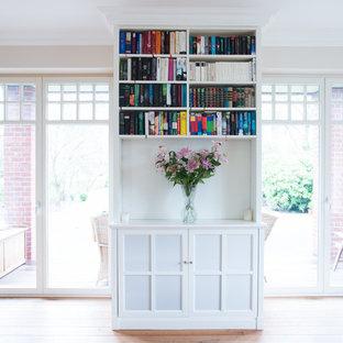 Bücherschrank mit TV-Hub