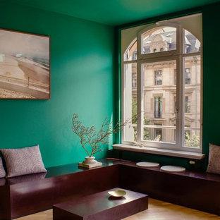 Mittelgroßes Modernes Wohnzimmer mit grüner Wandfarbe, braunem Holzboden und braunem Boden in Frankfurt am Main