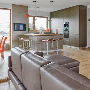 Geräumiges, Offenes, Repräsentatives, Fernseherloses Modernes Wohnzimmer ohne Kamin mit weißer Wandfarbe, hellem Holzboden und braunem Boden in Hannover