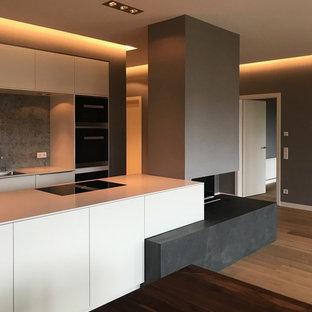ライプツィヒの広いトラディショナルスタイルのおしゃれなLDK (フォーマル、グレーの壁、壁掛け型テレビ、茶色い床、塗装フローリング、吊り下げ式暖炉、金属の暖炉まわり) の写真