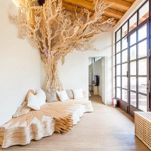 Esempio di un soggiorno eclettico di medie dimensioni e aperto con pareti bianche, parquet chiaro, TV a parete e pavimento beige