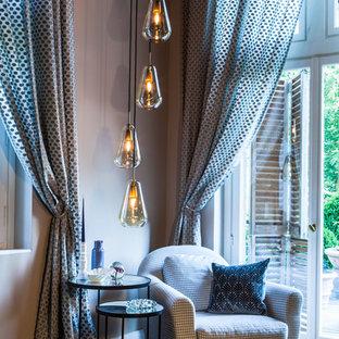 Modernes Wohnzimmer mit beiger Wandfarbe, braunem Holzboden und braunem Boden in Hamburg