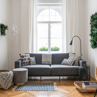 Repräsentatives, Abgetrenntes, Geräumiges Nordisches Wohnzimmer ohne Kamin mit weißer Wandfarbe, hellem Holzboden und beigem Boden in München