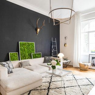 Mittelgroßes, Repräsentatives, Fernseherloses, Abgetrenntes Skandinavisches Wohnzimmer ohne Kamin mit schwarzer Wandfarbe, hellem Holzboden und beigem Boden in München