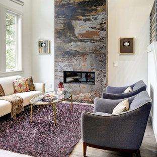 Repräsentatives, Fernseherloses Klassisches Wohnzimmer mit weißer Wandfarbe, hellem Holzboden, Gaskamin und braunem Boden in Berlin