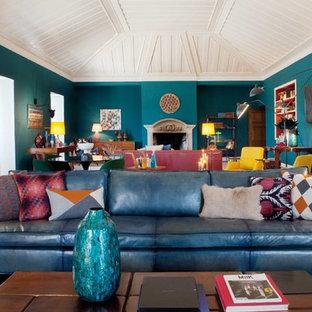 Inspiration pour une salle de séjour avec une bibliothèque ou un coin lecture design avec un mur bleu, un sol en marbre, une cheminée standard et un manteau de cheminée en pierre.