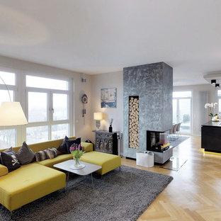 Großes, Repräsentatives Modernes Wohnzimmer im Loft-Stil mit beiger Wandfarbe, Tunnelkamin, Wand-TV, beigem Boden und hellem Holzboden in Nürnberg