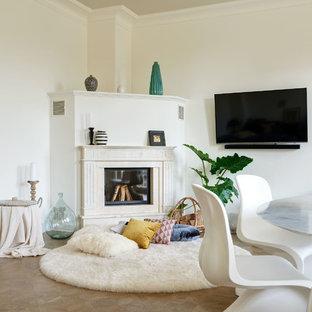Mittelgroßes, Abgetrenntes Modernes Wohnzimmer mit weißer Wandfarbe, braunem Holzboden, Kamin, Kaminsims aus Stein, Wand-TV und braunem Boden in Berlin