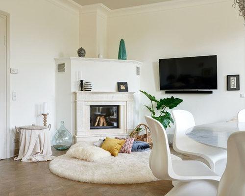Mittelgroßes, Abgetrenntes Modernes Wohnzimmer Mit Weißer Wandfarbe,  Braunem Holzboden, Kamin, Kaminsims Aus