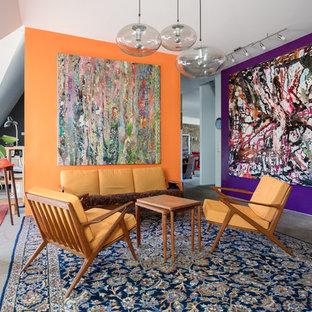 Eklektisches Wohnzimmer mit lila Wandfarbe, Betonboden und grauem Boden in Berlin