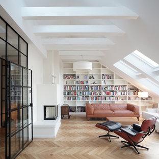 Immagine di un grande soggiorno design chiuso con libreria, pareti bianche, pavimento in legno massello medio, camino bifacciale, cornice del camino in intonaco e pavimento marrone