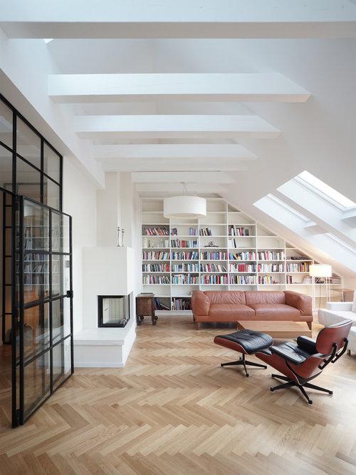 Große, Abgetrennte Moderne Bibliothek Mit Weißer Wandfarbe, Braunem  Holzboden, Tunnelkamin, Verputztem Kaminsims
