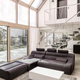 Geräumiges, Fernseherloses Modernes Wohnzimmer Im Loft Style, Ohne Kamin  Mit Betonboden, Weißer