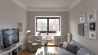 Das längliche Wohnzimmer wird durch eine gemusterte Tapete strukturiert, die Län