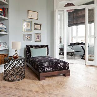 Idee per un soggiorno tradizionale di medie dimensioni con pareti grigie, parquet chiaro, libreria e pavimento marrone