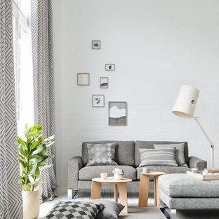 Kleines, Fernseherloses, Abgetrenntes Skandinavisches Wohnzimmer ohne Kamin mit weißer Wandfarbe, gebeiztem Holzboden und weißem Boden in Sonstige