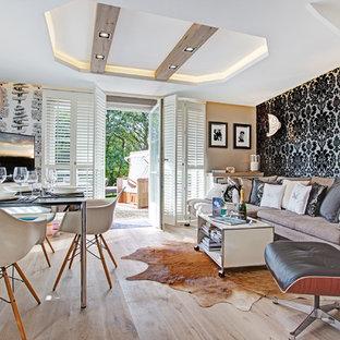Elegant Offenes, Mittelgroßes Modernes Wohnzimmer Ohne Kamin Mit Bunten Wänden,  Hellem Holzboden Und Freistehendem TV