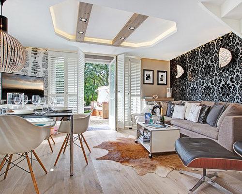 Offenes, Mittelgroßes Modernes Wohnzimmer Ohne Kamin Mit Bunten Wänden,  Hellem Holzboden Und Freistehendem TV