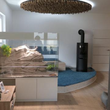 Die besondere Ofenecke wird seitlich von einem Terrarium begrenzt