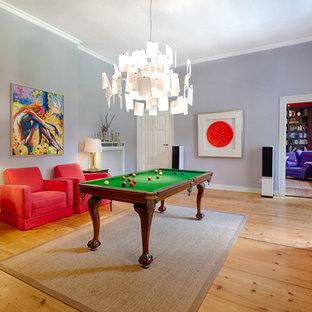 Mittelgroßes, Repräsentatives, Fernseherloses, Abgetrenntes Eklektisches Wohnzimmer ohne Kamin mit blauer Wandfarbe, dunklem Holzboden und braunem Boden in Hannover