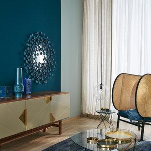 ハンブルクのミッドセンチュリースタイルのおしゃれなリビング (青い壁、無垢フローリング、暖炉なし) の写真